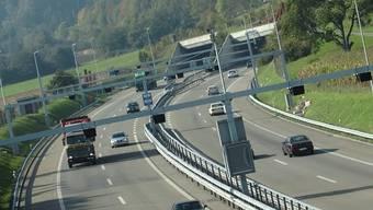 In den Tunneln Bözberg, Schinznacher Feld und Habsburg wird die Sicherheit überprüft und dazu die A3 zwischen Brugg und Frick komplett gesperrt. (Themenbild: Einfahrt Bözbergtunnel)