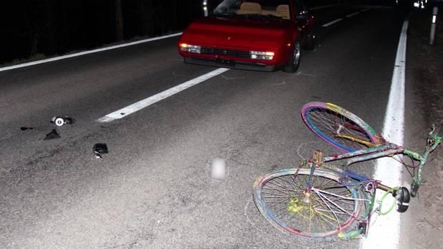 Fahrrad im Dunkeln von Ferrari erfasst – vermutlich war der 19-jährige Fahrrad-Fahrer ohne Licht unterwegs.