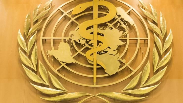 ARCHIV - Das Logo der Weltgesundheitsorganisation WHO im europäischen Hauptquartier der Vereinten Nationen in Genf. Nach Monaten der abnehmenden Infektionszahlen in Europa ist das Coronavirus auf dem Kontinent laut dem Regionalbüro der Weltgesundheitsorganisation WHO wieder auf dem Vormarsch. Foto: Peter Klaunzer/KEYSTONE/dpa