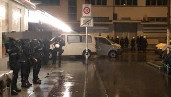 Die Stadtpolizei Zürich bestätigte einen Grosseinsatz beim GC-Fanlokal am Sonntagabend.