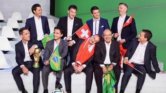 Das WM-Team vom Schweizer Fernsehen: Hintere Reihe: Lukas Studer, Sascha Ruefer, Paddy Kälin und Rainer Maria Salzgeber. Vordere Reihe: Matthias Hüppi, Patrick Schmid, Dani Wyler, Bernard Thurnheer und Dani Kern.