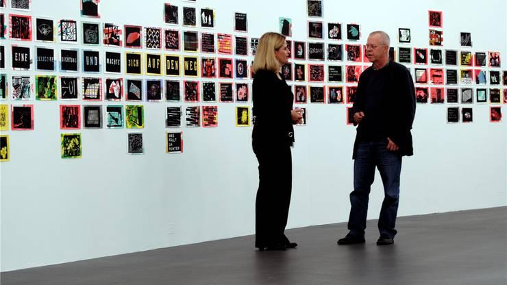Künstler Rolf Winnewisser im Gespräch mit der künstlerischen Leiterin Eva Inversini vor dem Werk Archipel (2014). Dieses besteht aus 184 einzelnen Linolschnitten.