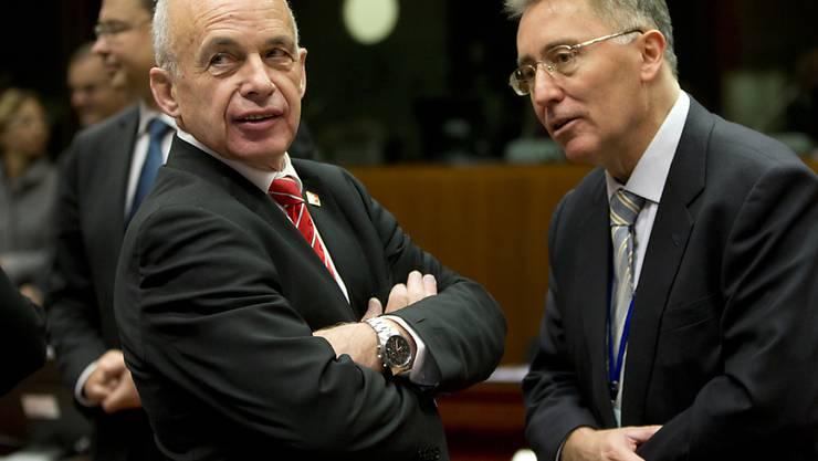"""Bundesrat Ueli Maurer (l.) äusserte sich am Rande eines Finanzministertreffens in Brüssel zum neusten Umsetzungsvorschlag für die Masseneinwanderungsinitiative. Seiner Meinung nach handelt es sich dabei um einen """"Papiertiger""""."""