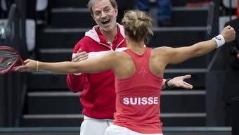 Einer der Schweizer Trümpfe: Captain Heinz Günthardt freut sich beim Erstrunden-Sieg über Italien mit Viktorija Golubic