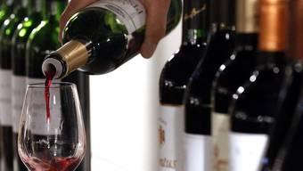 Knapp mehr als die Hälfte der Schweizer Bevölkerung trinkt mindestens einmal pro Woche ein Glas Wein oder ein Bier (Symbolbild)