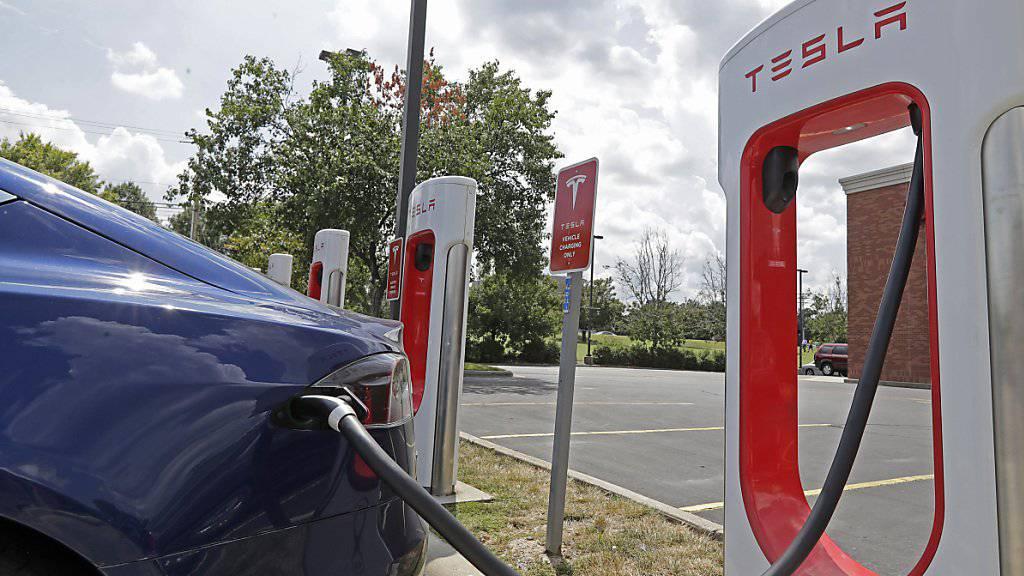 Tesla erneut mit hohem Verlust - Aktie stürzt nachbörslich ab