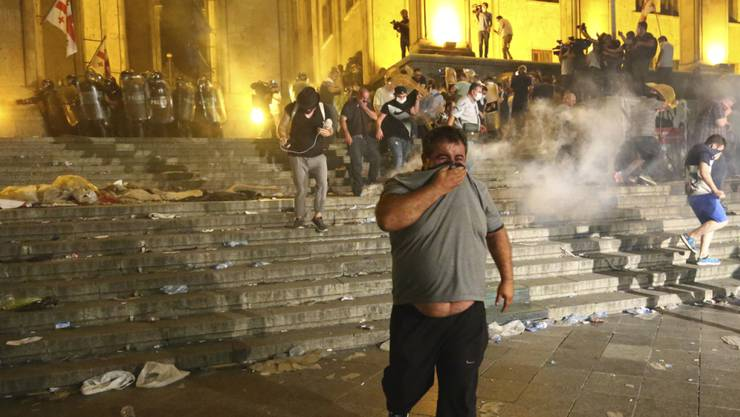 Tränengaseinsatz gegen Protestierende vor dem Parlament in Tiflis.