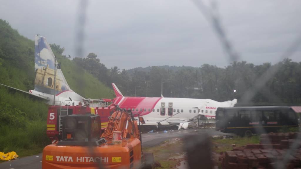Das Wrack einer Air-India-Express-Maschine, die bei der Landung über die Landebahn hinaus geschlittert ist. Foto: C.K.Thanseer/AP/dpa