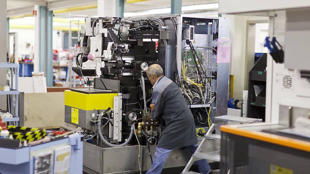Ein Mitarbeiter der Georg Fischer bei der Arbeit - ab nächstem Jahr kehrt in den Produktionsstuben bezüglich Arbeitszeit wieder Normalität ein. (Archiv)
