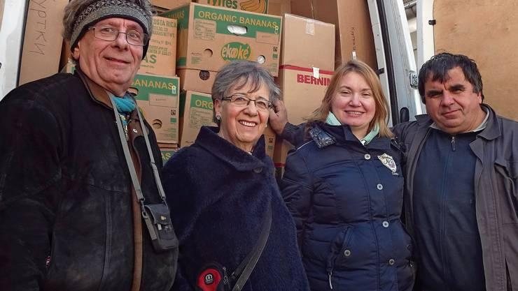 Andreas Burckhardt (l.) verstaut die Hilfsgüter in Bananenschachteln, bevor sie in die Ukraine transportiert werden. Kleidung und Schuhe werden den Bedürftigen in der Ukraine von einem Projektverantwortlichen von «Gemeinsam helfen» ausgehändigt.