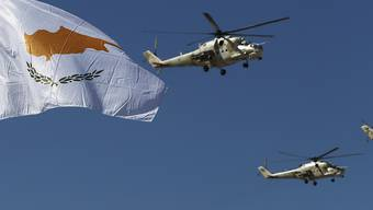 Militärhubschrauber der zypriotischen Luftstreitkräfte bei euner Militärparade zum 60. Jahrestages der Unabhängigkeit Zyperns. Foto: Petros Karadjias/AP/dpa