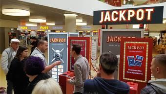 Wie funktioniert das? Marc Jaisli («Jaisli-Beck» lässt sich das Spiel von Coop-Eventkoordinator Jan Zwahlen (r.) erklären. NRO
