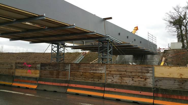 Im August soll die Brücke für den Verkehr freigegeben werden.
