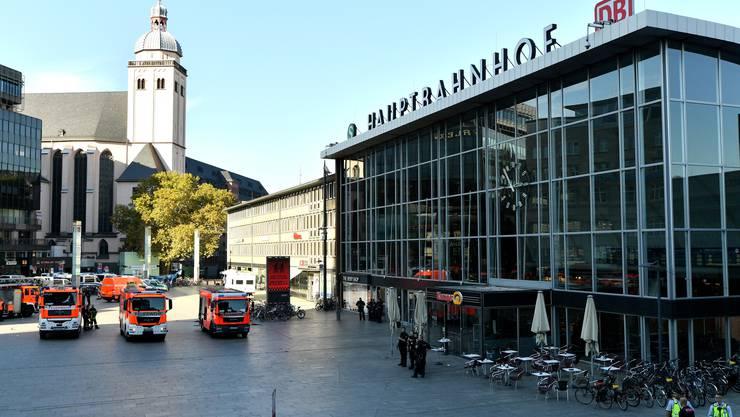 """Bei ihrem Grosseinsatz wegen einer Geiselnahme in einer Apotheke im Kölner Hauptbahnhof hat die Polizei den Täter nach eigenen Angaben """"unter Kontrolle"""" gebracht."""