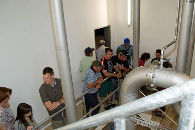 Die Schmiedruederiinnen und Schmiedrueder interessierten sich für die Technik des neuen Reservoirs