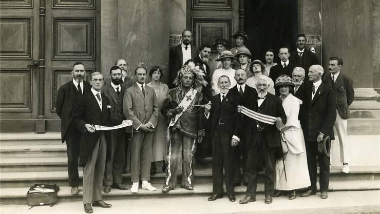 Genf, 1923: Die Irokesenkommission mit Chief Deskaheh (Mitte) vor dem Palais de l'Athénée.