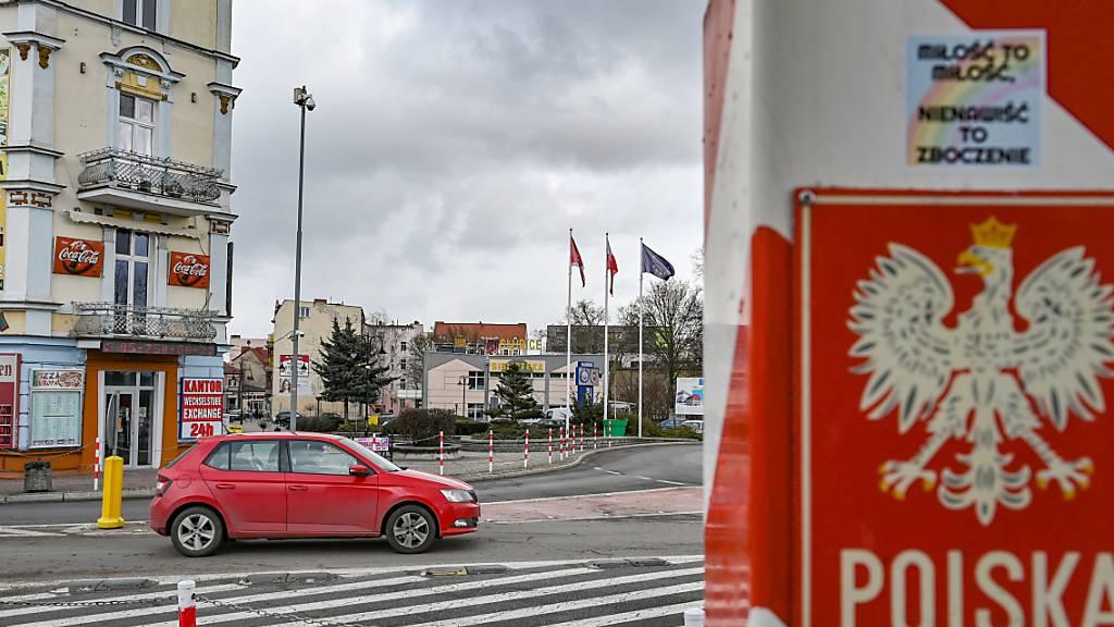 Ein Grenzpfeiler in den Nationalfarben Polens steht nahe dem Grenzübergang Stadtbrücke zwischen dem polnischen Slubice und Frankfurt (Oder) in Brandenburg. (Archiv)
