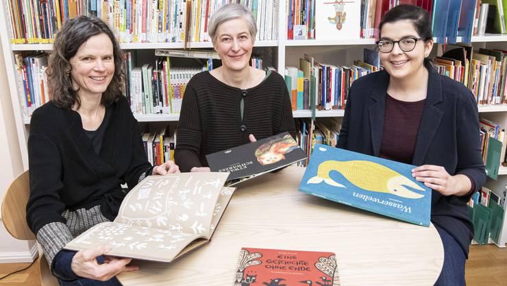 Die ganze Welt auf 38 Quadratmetern: Cyrilla Gadient, Sonja Matheson und Serena Panariello (v.l.) in einem von zwei Verlagsräumen.