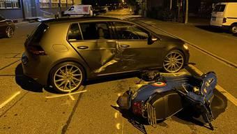 Grosser Blechschaden: Ein alkoholisierter Rollerfahrer prallte in Wettingen in ein Auto.