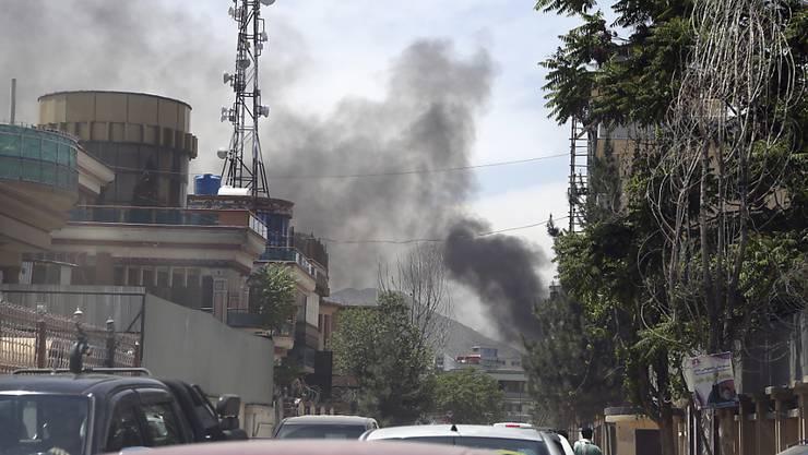 Nach einer Explosion bei der Einrichtung einer internationalen NGO steht eine Rauchsäule über der afghanischen Hauptstadt Kabul - die Taliban bekannten sich zu dem Angriff.
