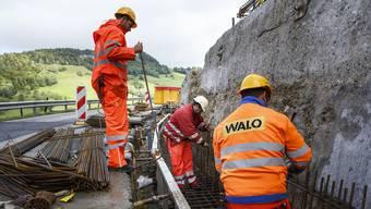 In den nächsten Monaten werden, wie hier während der ersten Bauphase, Arbeiter die Passwangstrasse sanieren.