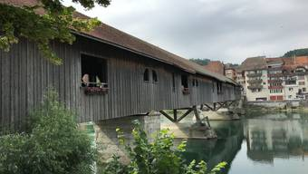 Holzbrückein Büren a. A.  mit Geranienschmuck