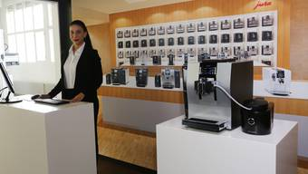 Moderatorin Jlirida Avdiu erklärt im «Jura Live»-Studio den neuen Kaffeevollautomaten Z6.