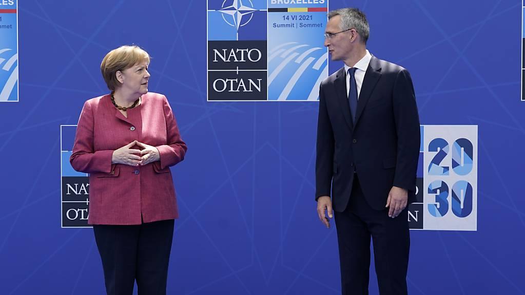 Bundeskanzlerin Angela Merkel (CDU) steht bei einem Nato-Gipfel im Nato-Hauptquartier neben Jens Stoltenberg, Generalsekretär der Nato.