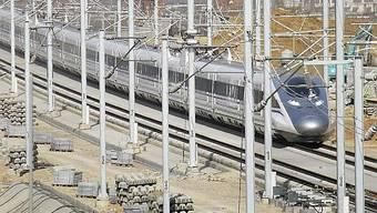 Der pfeilschnelle Zug auf der noch nicht eröffnenten Strecke Peking-Shanghai