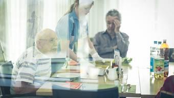 Wirtschaftliche Interessen und Sparkurse der Kantone setzen das Pflegepersonal hohem Leistungsdruck aus.