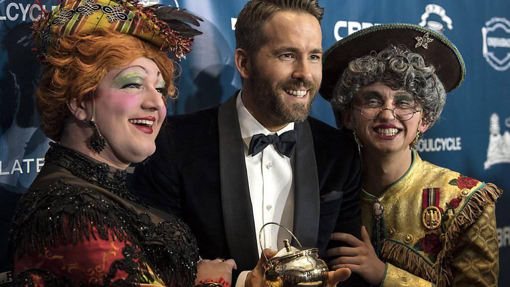 """Mann des Jahres: Schauspieler Ryan Reynolds mit der """"Hasty Pudding""""-Trophäe."""