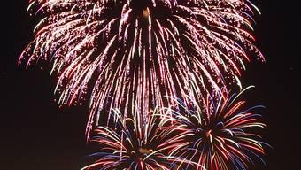 Die grossen Feuerwerke der Städte und Gemeinden dürfen stattfinden - und auch Privatpersonen dürfen Raketen und Zuckerstöcke abbrennen.