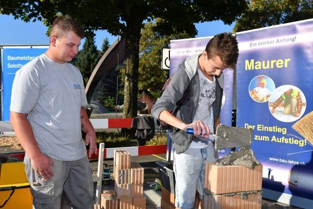 Am Stand des Baumeisterverbandes des Kantons Solothurn konnten die Fähigkeiten als Maurer gemessen werden.