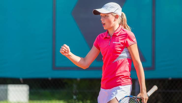 Sophie Lüscher freut sich über einen gewonnenen Punkt.