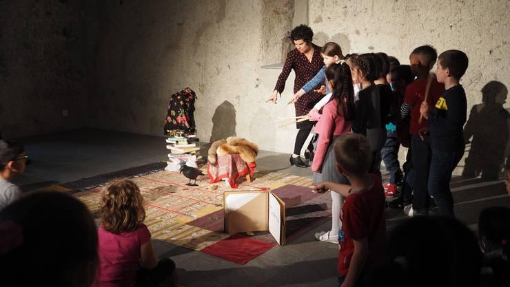 Schauspielerin Alexandra Frosio mit den Kindern beim Zaubern