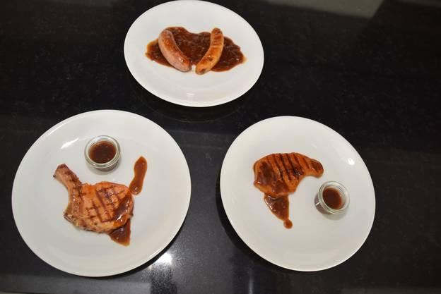 Man erkennt den Unterschied kaum: Kotelett normal (links) und püriert (rechts),  Bratwurst normal (oben links) und püriert (oben rechts).