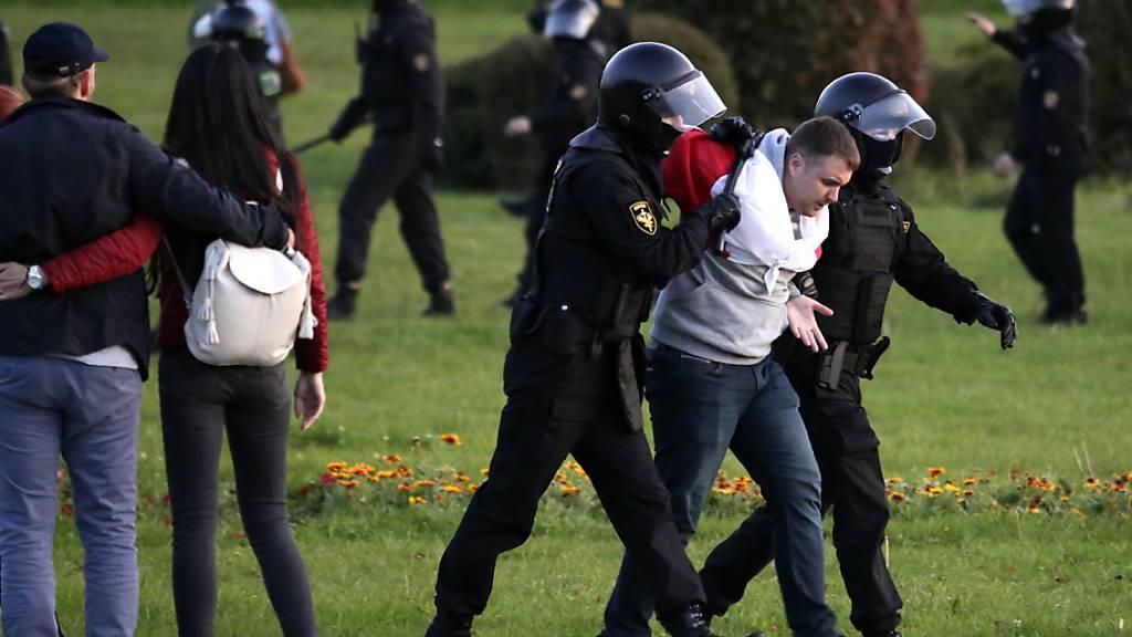 Polizisten nehmen einen Demonstranten fest bei einem Protest nach der Amtseinführung des umstrittenen Präsidenten Lukaschenko in Belarus (Weißrussland). Bei den Protesten gegen die Amtseinführung des umstrittenen Staatschefs Lukaschenko sind 259 Menschen festgenommen worden. Foto: Uncredited/TUT.by/AP/dpa