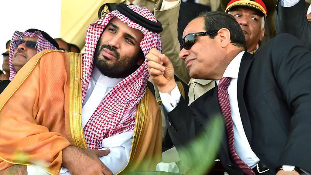 """""""Wir werden gegen jede terroristische Organisation kämpfen, nicht nur gegen den Islamischen Staat"""", lässt sich der saudische Vize-Kronprinz und Verteidigungsminister Mohammed Bin Salman (links), hier mit dem ägyptischen Präsidenten Al-Sisi zitieren. (Archivbild)"""