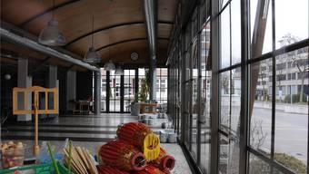 Statt auf dem Tisch stehen die Teller im Restaurant der Walo Bertschinger AG auf dem Boden. Seit dem 23. Dezember ist der Betrieb eingestellt.
