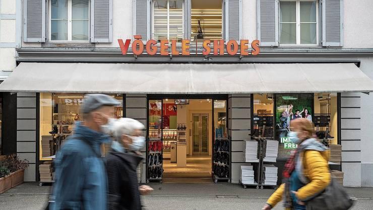 Im Dezember schliessen die Filialen von Vögele Shoes in Baden (im Bild) und in Bad Zurzach.