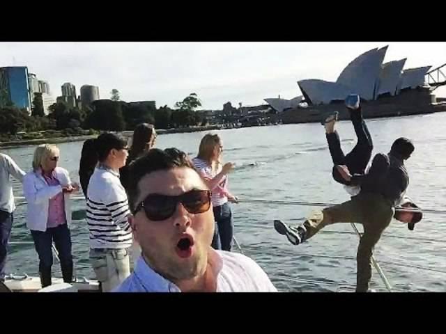 Ein amerikanischer und ein japanischer Tourist starten auf einem Boot einen brutalen Kampf – wegen Selfiesticks.
