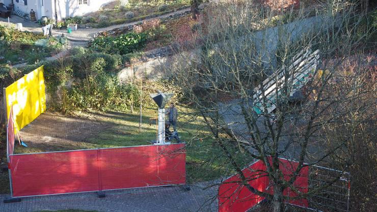Vor der Gops ist ein kleiner Aussenbereich für die Asylsuchenden eingerichtet. Der Zugang erfolgt von der Winterthurerstrasse her über eine provisorische Treppe.