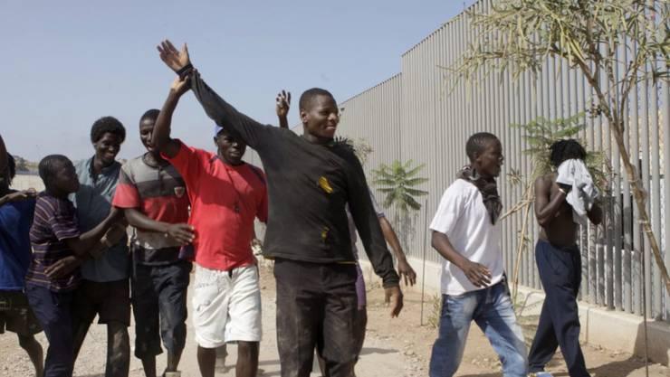 Über 100 Migranten kletterten in der spanischen Nordafrika-Enklave Melilla in einer koordinierten Aktion die Grenzanlage: Hier feiern sie ihre erfolgreiche Überquerung.