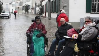 Die Elektro-Rollstuhlfahrer Willy (links) und Liz Isler (rechts) haben gar keine Freude an den Grossrats-Plänen, die St.Alban-Vorstadt umzugestalten.