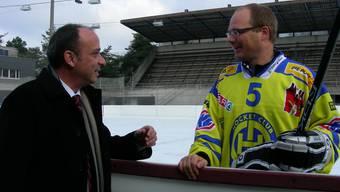 Gemeindeammann Markus Dieth und Hockeyspieler André Wetzel auf dem Eisfeld des Tägi. Foto: Dieter Minder