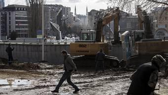Zeichen der Entspannung: Diese Mauer teilte Mitrovica in einen vor allem von Serben und einen von Albanern bewohnten Teil - nun wurde der Wall abgerissen.