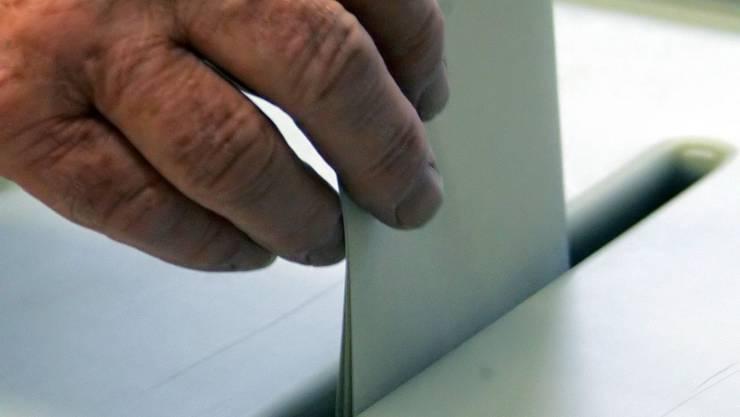 Ein Wähler an der Urne (Symbolbild)