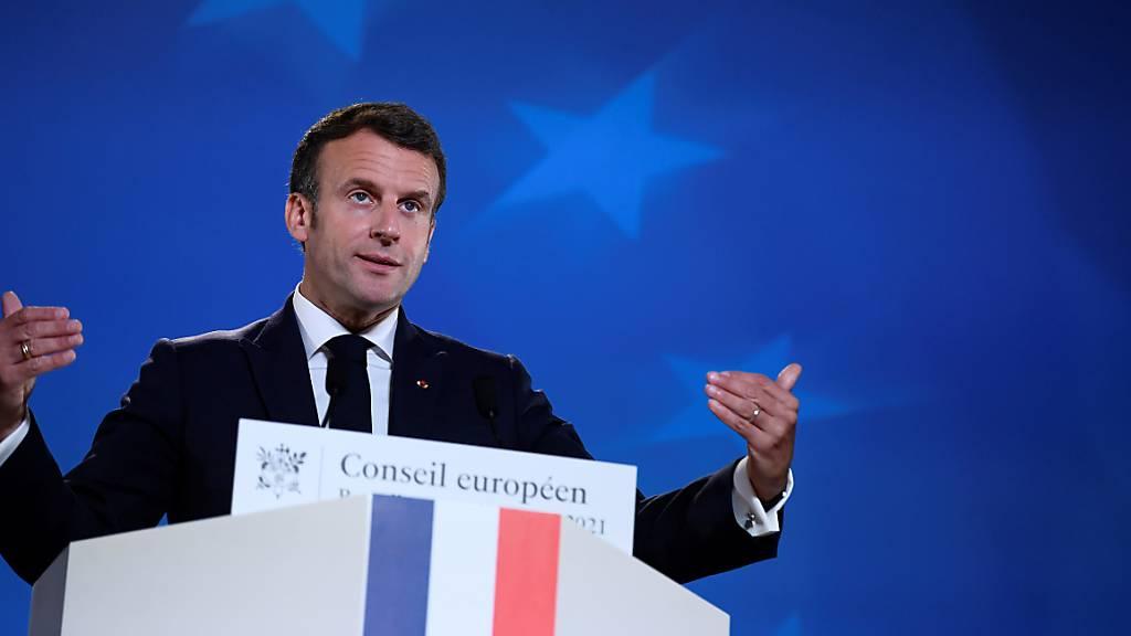 Frankreichs Präsident Emmanuel Macron spricht bei einer Medienkonferenz.