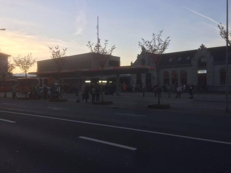 Am Bahnhof Rapperswil sind die Menschen am Freitagmorgen gestrandet. (Bild: Leserreporter)