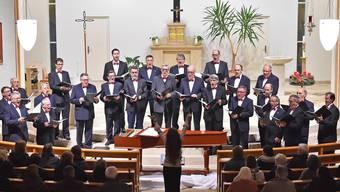 Der Männerchor Kappel unter der Leitung von Jasmine Asatryan.